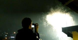 Homem que toma imagens dos fogos de artifício fotos de stock