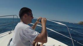 Homem que toma imagens durante a navegação filme