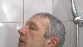 Homem que toma o chuveiro no banheiro video estoque