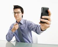 Homem que toma o retrato do telefone de pilha. Imagem de Stock Royalty Free