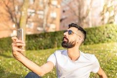 Homem que toma um ar livre de Selfie foto de stock royalty free