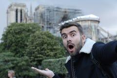 Homem que toma um selfie em Notre Dame queimada, Paris fotografia de stock royalty free