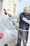 Homem que trabalha com pá e que remove a neve imagem de stock royalty free