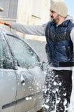 Homem que trabalha com pá e que remove a neve imagens de stock royalty free