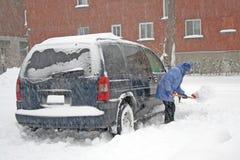 Homem que trabalha com pá a neve. Imagens de Stock