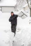 Homem que trabalha com pá a neve imagens de stock royalty free