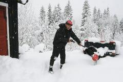 Homem que trabalha com pá a neve imagens de stock