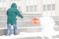Homem que trabalha com pá a neve do inverno Imagem de Stock