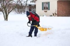 Homem que trabalha com pá a neve Fotografia de Stock