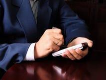 Homem que trabalha com PDA Fotos de Stock Royalty Free