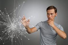 Homem que trabalha com pontos ligados Conceito sem fio da conexão Foto de Stock Royalty Free
