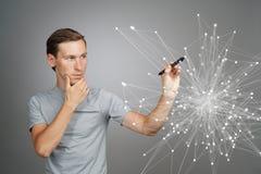 Homem que trabalha com pontos ligados Conceito sem fio da conexão Foto de Stock
