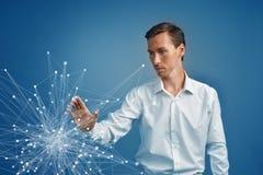 Homem que trabalha com pontos ligados Conceito sem fio da conexão Imagens de Stock Royalty Free