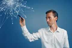 Homem que trabalha com pontos ligados Conceito sem fio da conexão Imagem de Stock