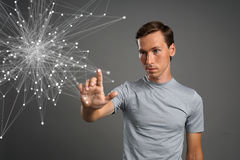 Homem que trabalha com pontos ligados Conceito sem fio da conexão Fotos de Stock
