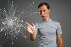 Homem que trabalha com pontos ligados Conceito sem fio da conexão Fotografia de Stock