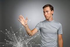 Homem que trabalha com pontos ligados Conceito sem fio da conexão Fotografia de Stock Royalty Free