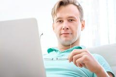 Homem que trabalha com portátil foto de stock royalty free