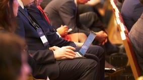 Homem que trabalha com portátil em uma conferência filme