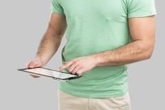 Homem que trabalha com uma tabuleta, Fotografia de Stock Royalty Free
