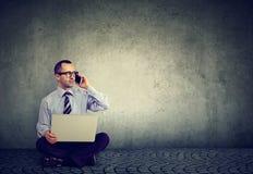 Homem que trabalha duramente em circunstâncias simples Fotografia de Stock Royalty Free