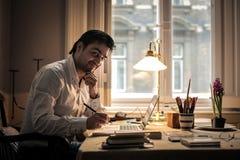 Homem que trabalha em casa Fotos de Stock Royalty Free