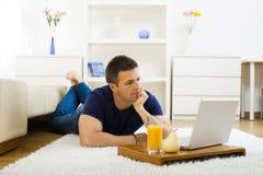 Homem que trabalha em casa Imagens de Stock Royalty Free
