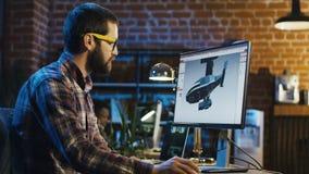 Homem que trabalha em gráficos do jogo de vídeo video estoque