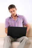 Homem que trabalha em seu portátil sobre foto de stock royalty free