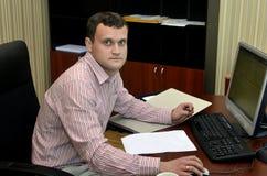 Homem que trabalha em um computador fotos de stock royalty free