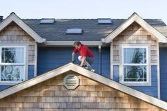 Homem que trabalha em um telhado - horizontal Imagens de Stock