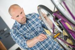 Homem que trabalha na bicicleta foto de stock royalty free