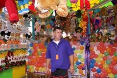 Homem que trabalha na feira ou no carnaval fotografia de stock royalty free