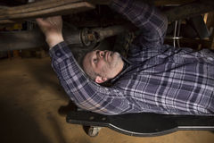 Homem que trabalha no carro Fotografia de Stock Royalty Free