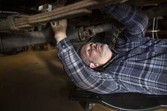 Homem que trabalha no carro Imagem de Stock Royalty Free