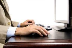 Homem que trabalha no computador fotos de stock royalty free