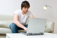 Homem que trabalha no computador portátil Imagem de Stock Royalty Free