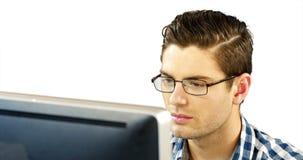 Homem que trabalha no desktop vídeos de arquivo