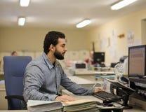 Homem que trabalha no escritório imagem de stock