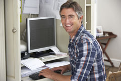 Homem que trabalha no escritório domiciliário imagem de stock