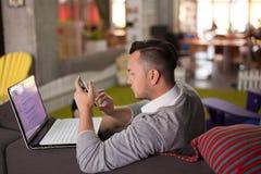 Homem que trabalha no escritório startup Fotografia de Stock