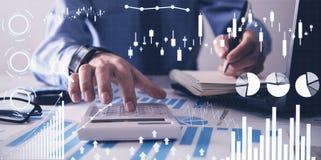 Homem que trabalha no escrit?rio Gr?ficos financeiros do crescimento Aumento das vendas fotografia de stock royalty free