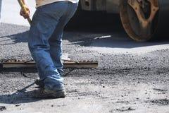 Homem que trabalha no local da construção de estradas Fotos de Stock