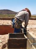 Homem que trabalha no local da escavação - vertical Fotografia de Stock Royalty Free