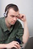 Homem que trabalha no portátil. Imagens de Stock