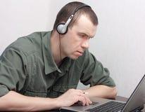 Homem que trabalha no portátil. Fotos de Stock Royalty Free