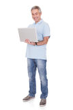 Homem que trabalha no portátil Foto de Stock