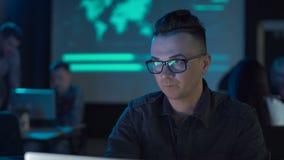 Homem que trabalha no portátil filme