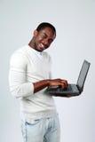 Homem que trabalha no portátil ao levantar-se fotos de stock