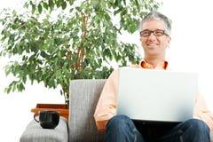 Homem que trabalha no portátil Fotos de Stock Royalty Free